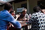 Dani Levy, Sharon Brauner, Oliver Polak und andere beim gemeinsamen Mittagessen.