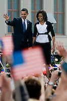 The US President Barack Obama and First Lady Michelle Obama wave to crowd at Prague Castle in Prague, Czech Republic, 4 April 2009. President Barack Obama and his wife visited Prague (Czech Republic) during the Czech Presidency of the European Union in April 2009.