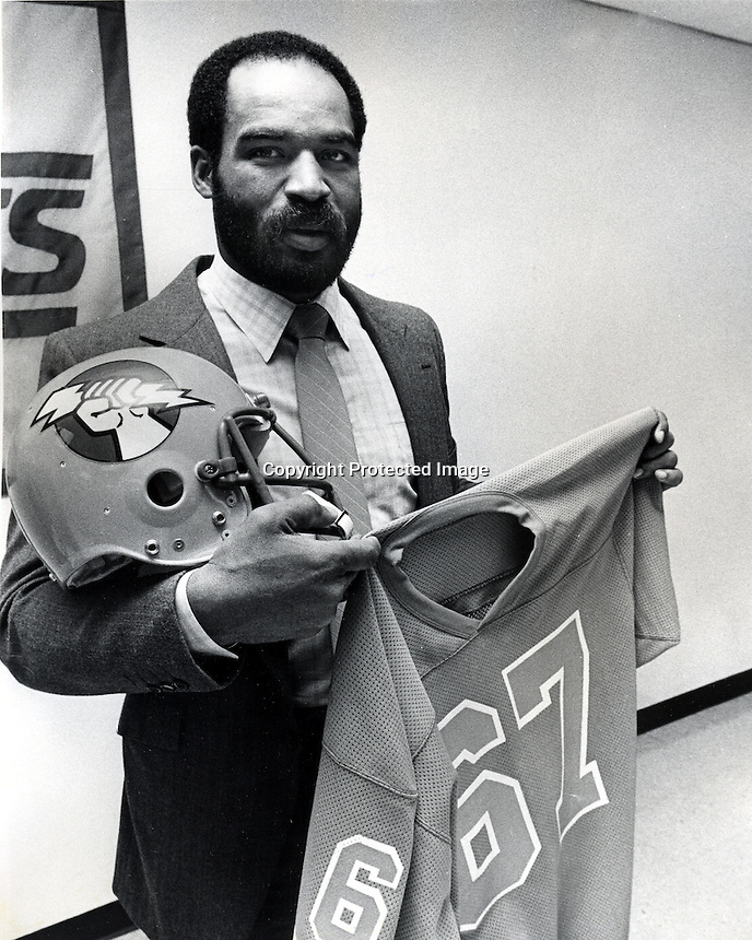 Former Oakland Raider tight0end Raymond Chester sign with the Oakland Invaders of the WFL.(1982)<br />