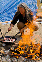 Camp Hope, eine Zeltstadt fuer Obdachlose in Ontario, Kalifornien..Eine Bewohner bereitet eine Mahlzeit am offenen Feuer..Fotos © Stefan Falke..Camp Hope, a  tent city for the homeless in Ontario, California.A resident prepares a meal on an open fire