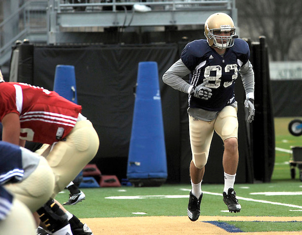 Tight end Mike Ragone runs a play at practice Wednesday April 6, 2011  in South Bend, Indiana (Irish Illustrated Photo/Joe Raymond)