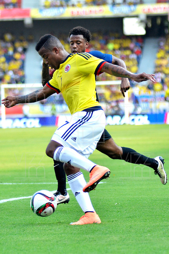 BARRANQUILLA- COLOMBIA, 25-03-2016:  Andres Renteria jugador de Colombia disputa el balón con Kelly Perry jugador de EEUU durante el encuentro (Categoría Sub 23) de ida por el repechaje por el último lugar para el Torneo Olímpico de Fútbol Rio 2016 jugado en el estadio Metropolitano Roberto Meléndez de Barranquilla ./ Andres Renteria player of Colombia vies for the ball with Kelly Perry player of USA during the first leg match (Category U-23 ) for the playoff for the last spot to the Olympic Football Tournament Rio 2016 played at Roberto Melendez stadium in Barranquilla city. Photos: VizzorImage / Alfonso Cervantes / Str.  Photo: VizzorImage/Alfonso Cervantes/STR