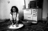 Kosovo   Novembre 2000.Pe? (in albanese Pejë / Peja; in serbo Pe?).Fatima, rom askalia, vedova con nove figli,prepara il pane per la cena, abita nel quartiere rom dietro la stazione ferroviaria.