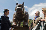 "Colombian Artis Fernando Botero donate the sculpture ""The Cat"""