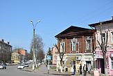 Stadtzentrum in Nowosybkow mit einstöckigen, farbigen Holzhäusern.