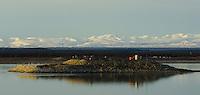 Tidlig høstmorgen på Mackenzie River. Oljevirksomhet på holme i elva. ---- Early morning on Mackenzie River.