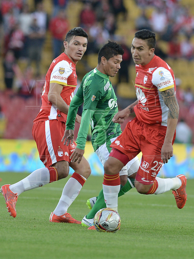 BOGOTA - COLOMBIA - 19-04-2015: Ricardo Villarraga (Izq.) jugador de Independiente Santa Fe disputa el balón con David Mendieta (C.) jugador de Deportivo Cali durante partido por la fecha 16 entre Independiente Santa Fe y Deportivo Cali de la Liga Aguila I-2015 jugado en el estadio Nemesio Camacho El Campin de la ciudad de Bogota. / Ricardo Villarraga (L) player of Independiente Santa Fe struggles for the ball with David Mendieta (C) player of Deportivo Cali during a match of the 16 date between Independiente Santa Fe and Deportivo Cali for the Liga Aguila I 2015 at the Nemesio Camacho El Campin Stadium in Bogota city. Photo: VizzorImage / Gabriel Aponte / Staff.