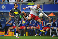 FUSSBALL   1. BUNDESLIGA   SAISON 2011/2012    6. SPIELTAG Hamburger SV - Borussia Moenchengladbach            17.09.2011 Juan ARANGO (li, Moenchengladbach) gegen Goekhan TOERE (re, Hamburg)