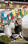 Grower selling herbs at Barkhor's market, Lhasa. //// Cultivateur vendant ses herbes au march&eacute; du Barkhor &agrave; Lhassa.