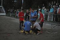 FIERLJEPPEN/POLSTOKVERSPRINGEN: IT HEIDENSKIP: 31-08-2016, Nationale Competitie, meting afstand Jan Teade Nauta bij donkere omstandigheden, ©foto Martin de Jong