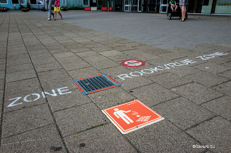 Nederland,Utrecht,   07-05-2016  Rookvrije zone voor de ingang van de ingang van het Diaconessen ziekenhuis. FOTO: Gerard Til / Hollandse Hoogte