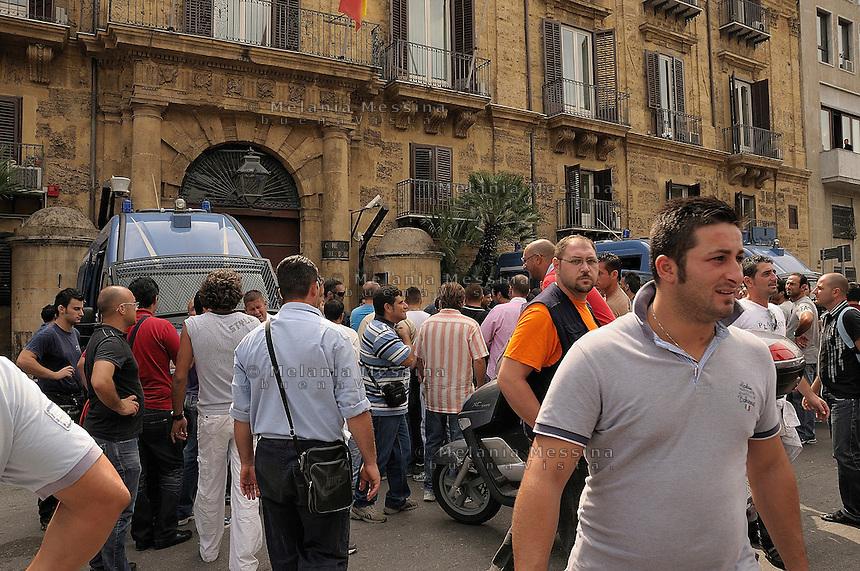 Palermo, shipyards workers strike.<br /> Palermo, protesta degli operai della Fincantieri davanti la sede del parlamento regionale.