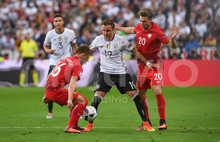 FUSSBALL EURO 2016 GRUPPE C IN PARIS Deutschland - Polen    16.06.2016 Mario Goetze (Mitte, Deutschland) gegen Jakub Blaszczykowksi (li) und Lukasz Piszczek  (re, beide Polen)