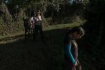 22 noviembre 2014.   <br /> La llegada de algunas compa&ntilde;&iacute;as extranjeras a Am&eacute;rica Latina ha provocado abusos a los derechos de las poblaciones ind&iacute;genas y represi&oacute;n a su defensa del medio ambiente. En Santa Cruz de Barillas, Guatemala, el proyecto de la hidroel&eacute;ctrica espa&ntilde;ola Ecoener ha desatado cr&iacute;menes, violentos disturbios, la declaraci&oacute;n del estado de sitio por parte del ej&eacute;rcito y la encarcelaci&oacute;n de una decena de activistas contrarios a los planes de la empresa. Un grupo de ind&iacute;genas mayas, en su mayor&iacute;a mujeres, mantiene cortado un camino y ha instalado un campamento de resistencia para que las m&aacute;quinas de la empresa no puedan entrar a trabajar. La persecuci&oacute;n ha provocado adem&aacute;s que algunos ecologistas, con &oacute;rdenes de busca y captura, hayan tenido que esconderse durante meses en la selva guatemalteca.<br /> <br /> En Cob&aacute;n, tambi&eacute;n en Guatemala, la hidroel&eacute;ctrica Renace se ha instalado con amenazas a la poblaci&oacute;n y falsas promesas de desarrollo para la zona. Como en Santa Cruz de Barillas, el proyecto ha dividido y provocado enfrentamientos entre la poblaci&oacute;n. La empresa ha cortado el acceso al r&iacute;o para miles de personas y no ha respetado la estrecha relaci&oacute;n de los ind&iacute;genas mayas con la naturaleza. &copy; Calamar2/Pedro ARMESTRE<br /> <br /> The arrival of some foreign companies to Latin America has provoked abuses of the rights of indigenous peoples and repression of their defense of the environment. In Santa Cruz de Barillas, Guatemala, the project of the Spanish hydroelectric Ecoener has caused murders, violent riots, the declaration of a state of siege by the army and the imprisonment of a dozen activists opposed to the project . <br /> A group of Mayan Indians, mostly women, has cut a path and has installed a resistance camp to prevent the enter of the company&rsquo;s machines. 