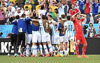 FUSSBALL WM 2014                ACHTELFINALE Argentinien - Schweiz                  01.07.2014 Die Mannschaft von Argentinien freut sich nach dem Abpfiff. Blerim Dzemaili (re, Schweiz) wendet sich enttaeuscht ab
