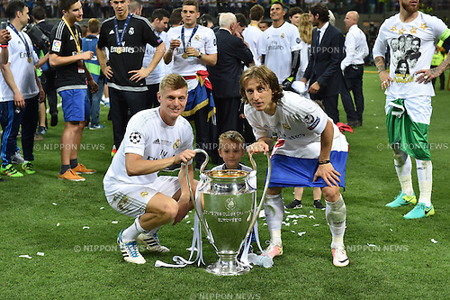 (L-R) Toni Kroos, Luka Modric (Real), MAY 28, 2016 - Football / Soccer : Toni Kroos and Luka Modric of Real Madrid celebrate with the trophy after winning the penalty shoot-out during the UEFA Champions League final match between Real Madrid 1(5-3)1 Atletico de Madrid at Stadio Giuseppe Meazza San Siro in Milan, Italy. (Photo by aicfoto/AFLO)