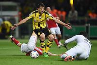 FUSSBALL  DFB POKAL FINALE  SAISON 2015/2016 in Berlin FC Bayern Muenchen - Borussia Dortmund         21.05.2016 Sokratis (Mitte, Borussia Dortmund) sichert vor Freund und Feind