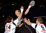Handball Maenner 1. Bundesliga 2002/2003 Color Line Arena Hamburg (Germany) HSV Hamburg - SG Wallau-Massenheim (23:26) Mitte Christian Rose (Wallau) zieht ab. links Bertrand Gille (HSV) rechts Thomas Knorr (HSV)