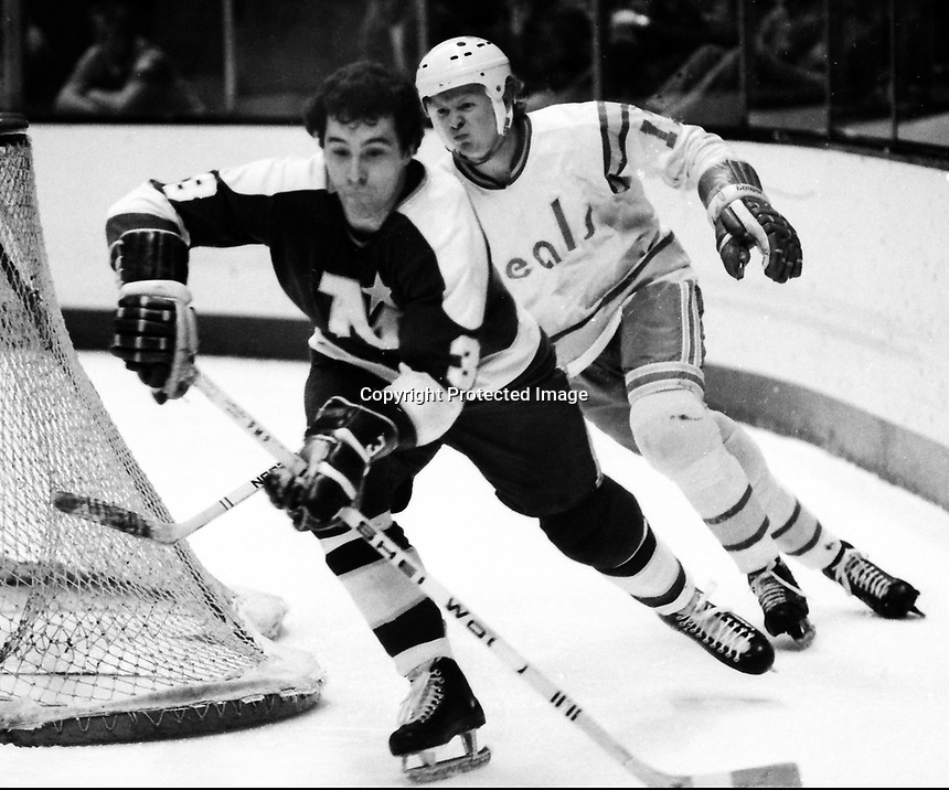 North Stars Fred Barrett with Seals John Stewart(1975 photo/Ron Riesterer)