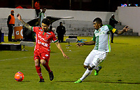 TUNJA -COLOMBIA, 13-05-2017: Uvaldo Luna (Izq) jugador de Patriotas FC disputa el balón con Elkin Blanco (Der) jugador de Atletico Nacional durante partido por la fecha 18 de la Liga Águila I 2017 realizado en el estadio La Independencia en Tunja. / Uvaldo Luna (L) player of Patriotas FC fights for the ball with Elkin Blanco (R) player of Atletico Nacional during match for the date 18 of Aguila League I 2017 at La Independencia stadium in Tunja. Photo: VizzorImage / Javier Morales  / Cont