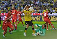 Fussball Bundesliga Saison 2011/2012 8. Spieltag Borussia Dortmund - FC Augsburg V.l.: Sascha MOELDERS (Augsburg), Ivan PERISIC (BVB) der es nicht fassen kann, Simon JENTZSCH (Augsburg).