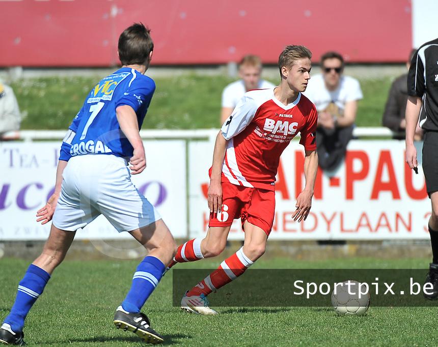 Zwevegem Sport - SK Oostnieuwkerke  : Indy vancraeyveldt aan de bal voor Wim Acke.foto VDB / BART VANDENBROUCKE