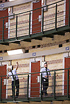 Foto: VidiPhoto<br /> <br /> ARNHEM - In de voormalige Koepelgevangenis in Arnhem wordt dinsdag alles in gereedheid gebracht om 250-400 vluchtelingen op te vangen. De asielzoekers krijgen een onderkomen in de cellen waar tot twee weken geleden 129 jaar lang criminelen in verbleven. Dinsdag is ook de buurt pas voor het eerst ingelicht. Buurtbewoners en scholen in de omgeving proberen met spandoeken en cadeautjes de vluchtelingen welkom te heten. De tralies in de gevangenis zelf en de cellen worden z.s.m. verwijderd. De gemeente Arnhem blijft ondertussen zoeken naar andere cq betere opvangmogelijkheden dan een gevangenis. Dinsdag of woensdag arriveren de eerste 100 asielzoekers met bussen.