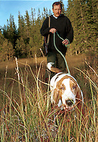 Jørn Møllenhus, Selbu, og Philip, godkjent ettersøkshund Basset hound, educated to find game that is hurt. Godkjent ettersøkshund.
