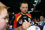 Handball Herren, Laenderspiel, UNIVERSA-CUP Hanns-Martin-Schleyerhalle Stuttgart (Germany) Nationalmannschaften, Deutschland - Tschechien Christian Schwarzer (GER) gibt Autogramme, Fans