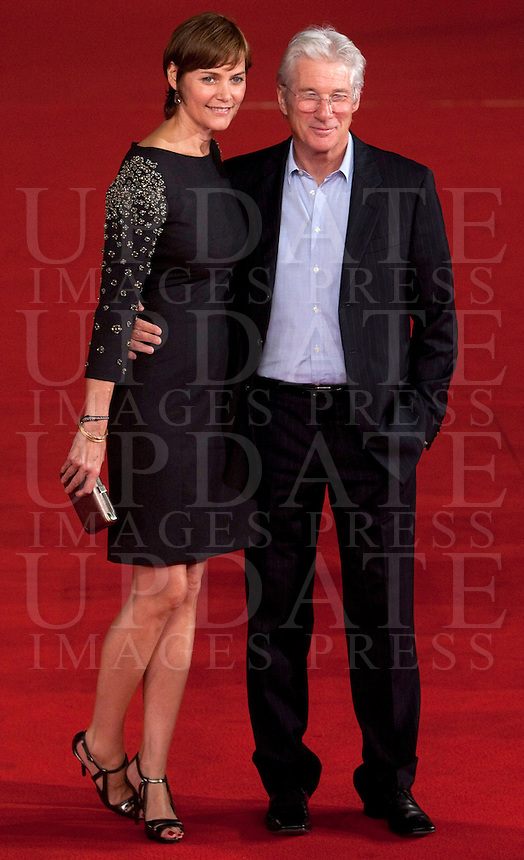 L'attore statunitense Richard Gere posa con la moglie, l'attrice Carey Lowell, a sinistra, sul red carpet del Festival Internazionale del Film di Roma, 3 novembre 2011..U.S. actor Richard Gere poses  with his wife, actress Carey Lowell, left, on the red carpet of the international Rome Film Festival at Rome's Auditorium, 3 november 2011..UPDATE IMAGES PRESS/Riccardo De Luca