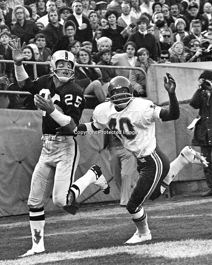 Oakland Raiders Fred Biletnikoff ready to gather in TD pass over Kansas City defender, Jim Marsalis.<br />