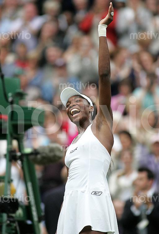 Tennis All England Championships Wimbledon Venus Williams (USA) jubelt nach ihrem Halbfinalerfolg ueber Maria Sharapova (RUS).