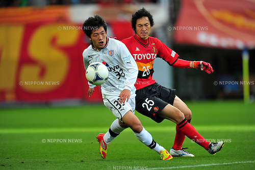 (L to R) Lee Kije (S-Pulse), Mu Kanazaki (Grampus), MARCH 10, 2012 - Football /Soccer : 2012 J.LEAGUE Division 1 ,1st sec match between Nagoya Grampus 1-0 Shimizu S-Pulse at Toyota Stadium, Aichi, Japan. (Photo by Jun Tsukida/AFLO SPORT) [0003]