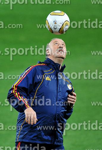 10.07.2010, Soccer City Stadium, Johannesburg, RSA, FIFA WM 2010, Training Spanien im Bild Vicente Del Bosque, Trainer Spanien, spielt mit dem Ball, EXPA Pictures © 2010, PhotoCredit: EXPA/ InsideFoto/ Perottino *** ATTENTION *** FOR AUSTRIA AND SLOVENIA USE ONLY! / SPORTIDA PHOTO AGENCY