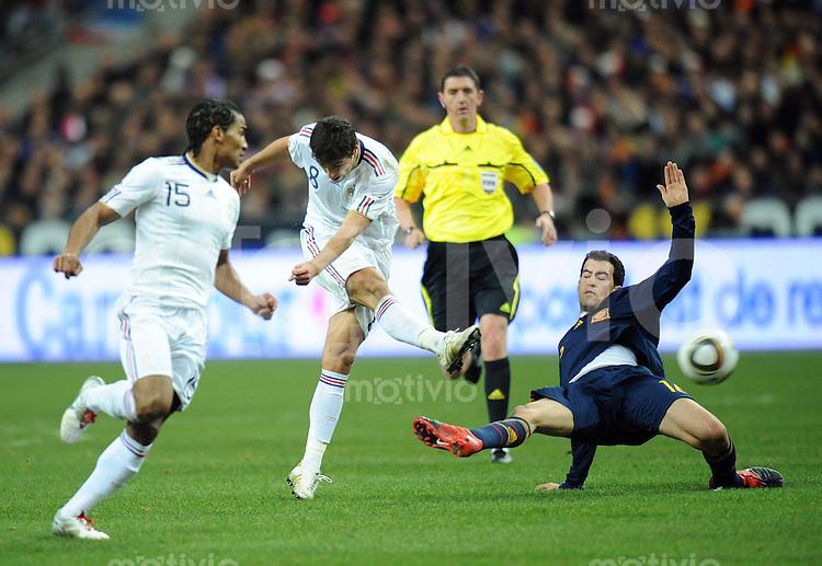 Fussball International Testspiel 03.03.2010 Frankreich - Spanien  Florent Malouda und Yoann Gourcuff (beide FRA vlnr) gegen Sergio Busquets (ESP)