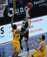 Basketball  1. Bundesliga  2016/2017  Hauptrunde  14. Spieltag  16.12.2016 Walter Tigers Tuebingen - Alba Berlin Dunking; Dragan Milosavljevic (Mitte, Alba) gegen Stanton Kidd (li, Tigers) und Alvaro Munoz (re, Tigers)