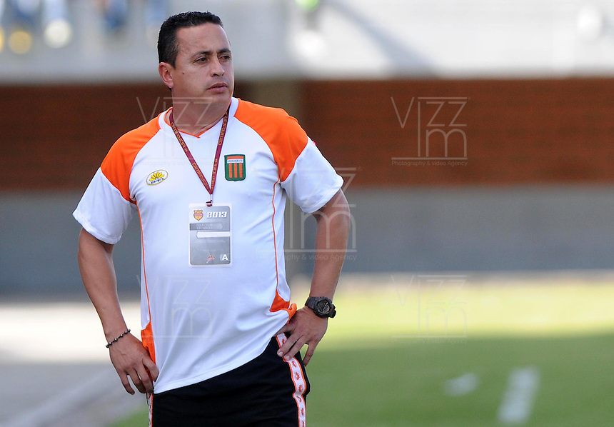 ENVIGADO -COLOMBIA-19-10-2013. El técnico de Envigado Juan Carlos Sanchez durante el encuentro entre Envigado FC e Itaguí válido por la fecha 15 de la Liga Postobón II 2013 realizado en el Parque Estadio de la ciudad de Envigado./ Envigado coach Juan Carlos Sanchez during the match between Envigado FC and Itagui valid for the 15th date of the Postobon League II 2013 at Parque Estadio in Envigado city.  Photo: VizzorImage/Luis Ríos/STR