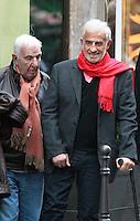 Jean-Paul Belmondo se balade dans les rues de Paris, accompagné de son ami Charles Gérard - France