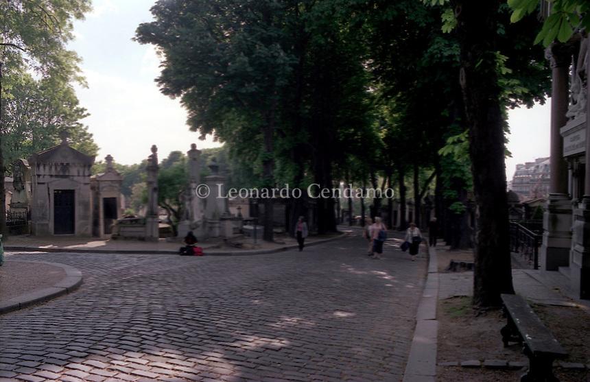 2004, PARIGI: PERE LACHAISE CEMETERY.  © Leonardo Cendamo