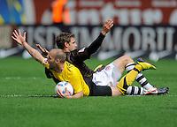 Fussball, 2. Bundesliga, Saison 2011/12, SG Dynamo Dresden - FC St.Pauli, Sonntag (29.04.12), gluecksgas Stadion, Dresden. Dresdens Filip Trojan gegen Paulis Moritz Volz.