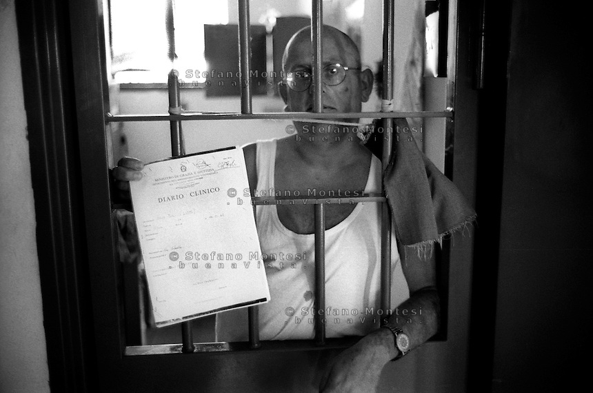 Roma Giugno 2000.Carcere di Rebibbia N.C..Detenuto con la cartella clinica..Rome June 2000.Prison Rebibbia N.C..Prisoner with the medical record.