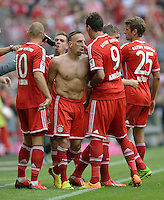 Fussball  1. Bundesliga  Saison 2013/2014  3. Spieltag FC Bayern Muenchen - 1. FC Nuernberg       24.08.2013 TEAMJUBEL FC Bayern Muenchen; Arjen Robben, Torschuetze zum 1-0 Franck Ribery, Mario Mandzukic und Thomas Mueller (v.li.)