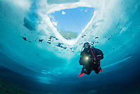 Taucher unter Eis, Eistaucher unter Eisloch mit Sicherungsleine, Eistauchen, scuba diver under ice or icehole with safety robe, scuba icediving, Lechausee, Reutte, Weissenbach, Tirol, Oesterreich, Tyrol, Austria, MR Yes