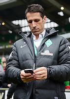 FUSSBALL   1. BUNDESLIGA   SAISON 2012/2013    22. SPIELTAG SV Werder Bremen - SC Freiburg                                16.02.2013 Sportmanager Thomas Eichin (SV Werder Bremen) blickt auf sein Mobiltelefon