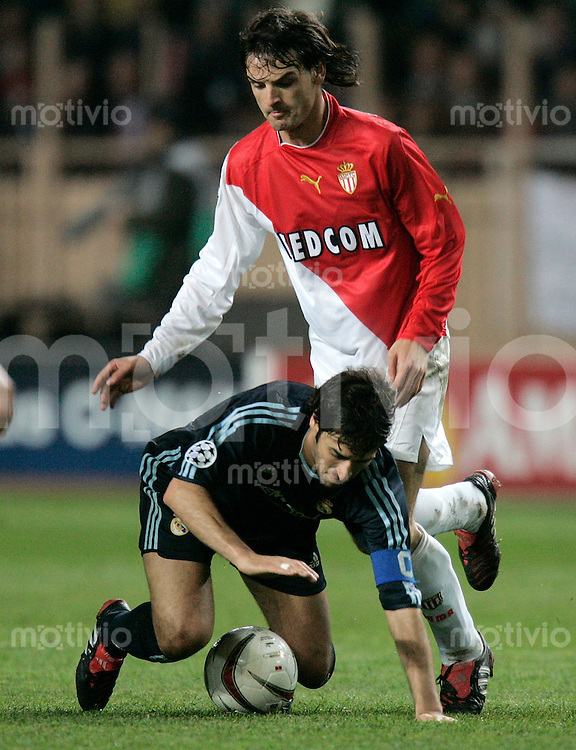 FUSSBALL Champions League 2003/2004 Viertelfinalrueckspiel AS Monaco 3-1 Real Madrid Raul (Real,unten) gegen Fernado Morientes (AS)