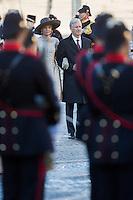 Le roi Philippe de Belgique et la reine Mathilde de Belgique en visite d'&eacute;tat aux Pays-Bas, lors d'une c&eacute;r&eacute;monie d'accueil officiel avec le roi Willem-Alexander des Pays-Bas et la reine Maxima des Pays-Bas .<br /> Pays-Bas, Amsterdam, 28 novembre 2016.<br /> King Philippe of Belgium and Queen Mathilde of Belgium on a State Visit to The Netherlands, during the official welcoming ceremony with King Willem-Alexander of The Netherlands and Queen Maxima of The Netherlands.<br /> Netherlands, Amsterdam, 28 November 2016.