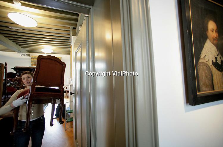 Foto: VidiPhoto..OUD-ZUILEN - Eeuwenoude meubels en andere objecten worden in Slot Zuylen schoongemaakt en teruggebracht naar hun plek. Het kostbare materiaal heeft een voor Nederland bijzondere behandeling gehad. In een luchtdichte ruimte hebben de spullen vier weken lang een PureO2Pour-behandeling ondergaan. Door zuurstof uit de ruimte te halen zijn zo alle houtwormen gedood. Het is voor het eerst dat deze methode op deze schaal in een Nederlands museum/kasteel is toegepast.