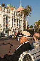 Europe/France/06/Alpes-Maritimes/Nice: Touristes sur la Promenade des Anglais devant l' Hôtel Négresco [Non destiné à un usage publicitaire - Not intended for an advertising use]