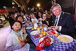 Foto: VidiPhoto<br /> <br /> ARNHEM - Kinderen zijn de afgelopen jaren steeds vaker gaan ontbijten. Bijna 90 procent van de kinderen op de basisschool ontbijt elke dag; dat is 10 procent meer dan tien jaar geleden. Dat blijkt uit cijfers die maandag bekend zijn gemaakt tijdens de offici&euml;le start van het Nationaal Schoolontbijt in het Nederlands Openluchtmuseum. Het 'ontbijtonderzoek' is gehouden onder ruim duizend basisschoolleerlingen. Het vaakst (71 procent) wordt gekozen voor brood met zoet beleg. Fruit (8 procent) en groente (2 procent) zijn weinig populair. Dat schoolontbijt is de laatste jaren telkens een stukje aangepast en nu nog &rsquo;gezonder&rsquo; geworden. Zo zit er dit jaar groente bij het ontbijt. Maandag hebben kinderen van basisschool De Schatgraaf in Arnhem de week van het Nationaal Schoolontbijt officieel geopend in aanwezigheid van Linda de Mol en de Arnhemse burgemeester Herman Kaiser (foto). In totaal zullen bijna een half miljoen kinderen op 2600 basisscholen deze week samen gezond ontbijten. In 245 gemeenten gaan schoolklassen met hun burgemeester in het stadhuis een broodje eten.