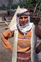 TURCHIA: Anatolia Orientale, sulla strada verso il sito archeologico di ANI,donna curda.TURKEY: Eastern Anatolia, on the road to  the archaelogical site of ANI. Kurdish woman.